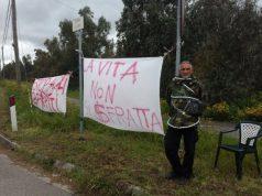 sfratto-ad-arborea-manifestante-si-incatena-a-un-cartello-and-quot-stop-ai-ricatti-delle-banche-and-quot